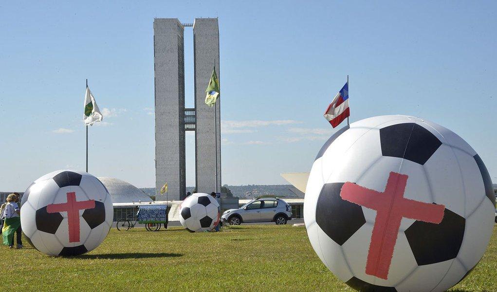 Manifestantes querem que o governo peça perdão aos brasileiros por ter investido dinheiro público no evento; entre outras reivindicações, pedem um minuto de silêncio na abertura da Copa em memória dos operários que morreram na construção dos estádios. Até as 18h de hoje, manifestantes permanecem na Esplanada