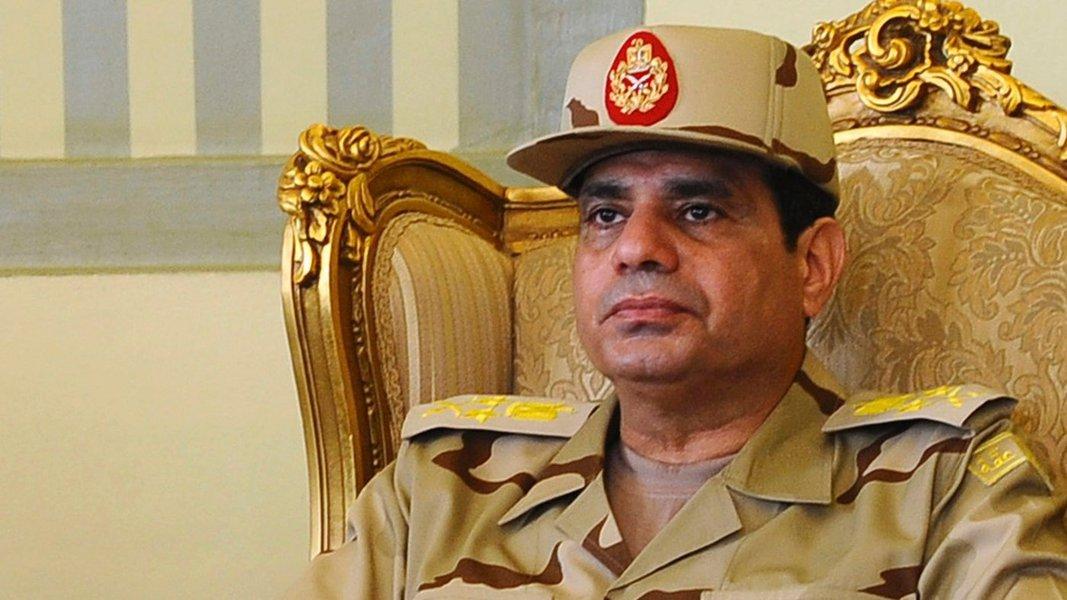 Abdel Fattah al-Sisi, o militar que derrubou o primeiro presidente livremente eleito no Egito, obteve mais de 90% dos votos na eleição presidencial, de acordo com resultados provisórios divulgados nesta quinta-feira, unindo-se assim a uma longa lista de líderes que emergiram das fileiras das Forças Armadas