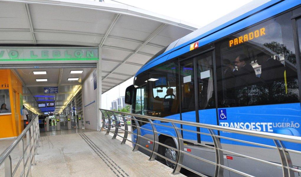 O BNDES aprovou financiamento de R$ 2,7 bilhões à cidade do Rio de Janeiro para melhorias na mobilidade urbana; os recursos representam 88% do total a ser investido nos projetos, que compreendem a Via Expressa Transolímpica, extensão da Via Expressa do Porto Maravilha, entorno do Parque Olímpico, duplicação do Elevado das Bandeiras, Ciclovia Niemeyer; também estão previstas obras no entorno do Engenhão, na ligação BRT Transolímpica-BRT Transbrasil e no lote zero do BRT Transoeste; durante a execução das obras, estima-se que sejam criados cerca de 17 mil empregos diretos e indiretos