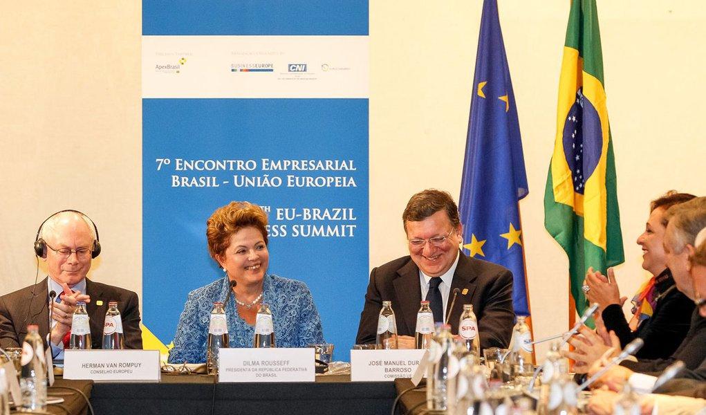 """""""Estamos comprometidos desde o início do governo em avançar num novo ciclo de investimentos. Para nós, isso significa fundamentalmente investimentos em infraestrutura, educação e inovação. E, no caso do Brasil, especificamente, significa um grande esforço em superar a burocracia"""", disse Dilma aos empresários europeus, durante a abertura do 7º Encontro Empresarial Brasil-União Europeia, em Bruxelas, na Bélgica"""