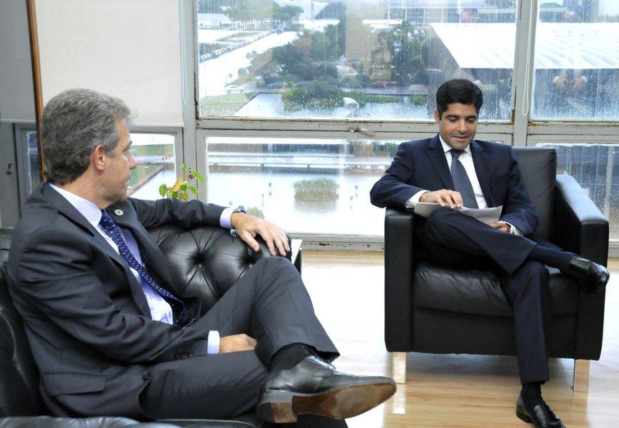 """Prefeito ACM Neto se reuniu ontem (25) com o ministro da Saúde, Arthur Chioro, em Brasília, para tratar de temas como aumento do teto orçamentário para a área de oncologia, qualificação e equipamentos das unidades de pronto-atendimento (UPAs) e do projeto do Hospital Municipal de Salvador; segundo ele, o ministro """"demonstrou interesse em atender os pleitos do município""""; ACM mostrou que Salvador """"evoluiu bastante na área da saúde""""; """"Quando assumi a gestão, a cidade só tinha uma UPA. Hoje já são quatro. Isso demanda mais investimentos para que possamos ampliar o atendimento"""""""