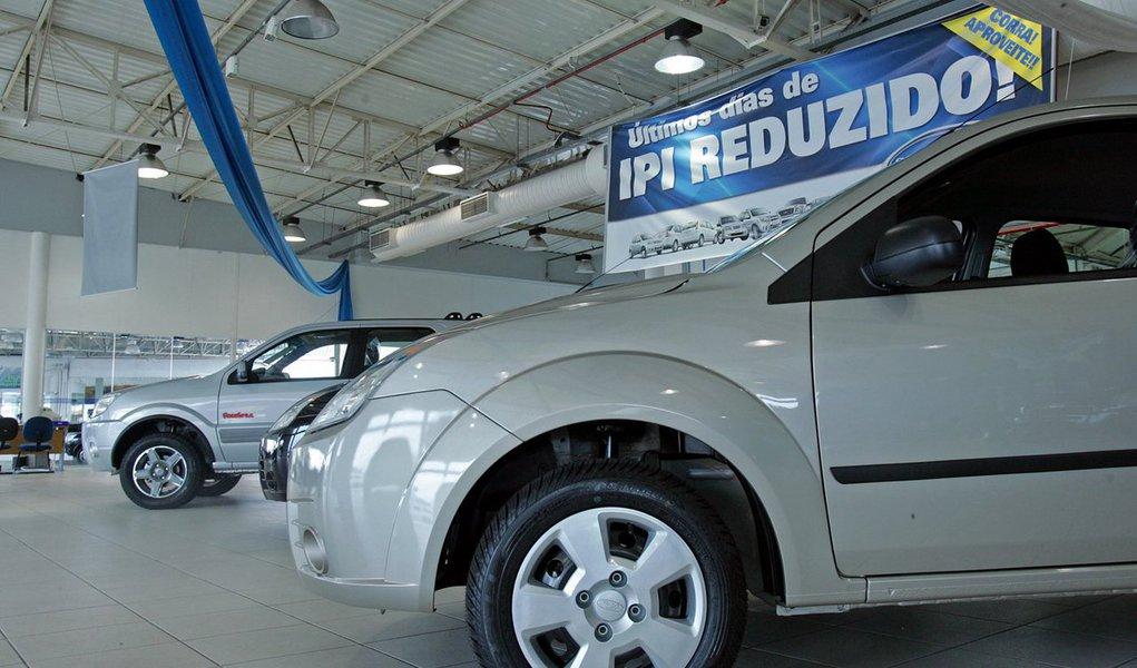 A previsão de reajuste nas alíquotas do Imposto sobre Produto Industrializado foi usada como argumento, por vendedores de automóveis, para incentivar os consumidores a comprar carros antes da virada do ano
