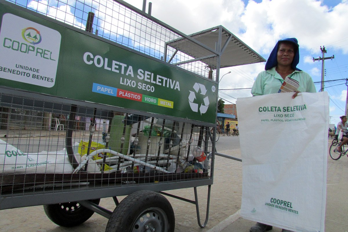 A Câmara Municipal de Maceió promulgou lei que implanta o sistema de coleta seletiva; descumprimento pode implicar em multa; a Prefeitura deverá montar uma logística para recolhimento e transporte dos resíduos até as unidades de triagem
