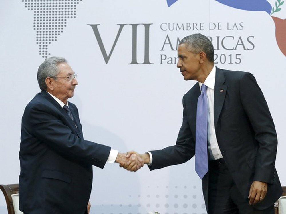 """Durante reunião com o presidente cubano, neste sábado, na Cúpula das Américas, Obama afirmou que continuará pressionando Cuba sobre o tema de direitos humanos; da sua parte, Castro afirmou que seguirá dando passos para normalizar os laços entre as duas nações e que estão dispostos a discutir tudo """"com muito respeito às ideias"""""""
