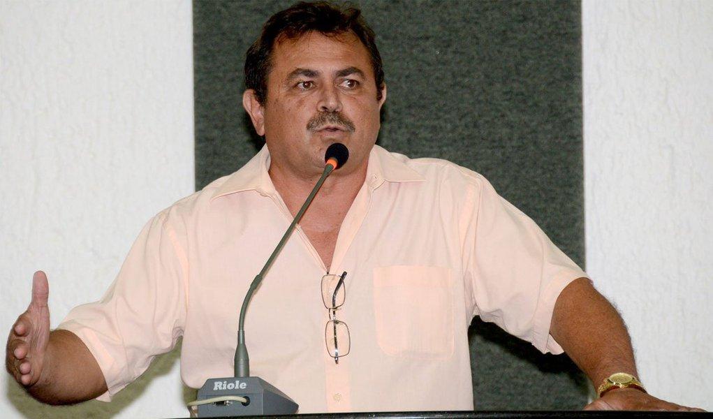 O presidente do Sintet, José Roque Santiago, esteve reunido nessa quinta-feira, 10, com o governador interino Sandoval Cardoso (SD), a quem expôs as reivindicações que a categoria deseja incluir na Medida Provisória nº 11/2014, que dispõe sobre o Plano de Cargos, Carreiras e Subsídios (PCCS) da Educação; os professores afirmam que enquanto essas reivindicações não forem incluídas na MP, a greve, que já dura 18 dias, irá continuar
