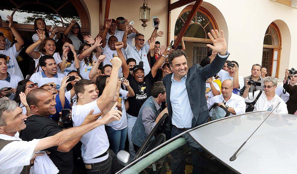 """Após negar presença na manifestação 'Fora, Dilma', apesar de apoiar movimento, presidente do PSDB, Aécio Neves, reabre possibilidade: """"Sou um cara de rompantes. Quem sabe na hora eu não resisto?""""; segundo o tucano, avanço da investigação sobre a Petrobras pode criar 'condições' para 'discutir' impedimento"""