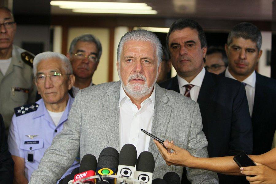 """O governador Jaques Wagner (PT) comemorou em entrevista coletiva o fim da greve da Polícia Militar nesta tarde, mas afirmou que manterá vigência da Garantia da Lei e da Ordem (GLO) decretada pela presidente Dilma Rousseff ontem (16);""""O nosso planejamento não se encerra aqui. Temos um feriado pela frente e vamos manter a GLO para uma reavaliação e ter a certeza de que a normalidade foi reconquistada"""", disse o governador"""