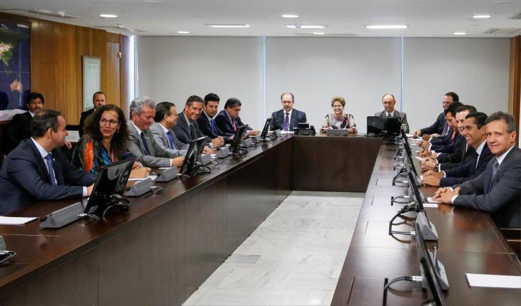 Em reunião com líderes de partidos da base aliada, nesta quarta-feira, 4, a presidente Dilma Rousseff fez um apelo pela aprovação do projeto de lei que trata de desonerações tributárias para vários setores e de outras medidas relacionadas ao ajuste fiscal; presidente se comprometeu a discutir previamente com os aliados as medidas a ser adotadas pelo governo, desde que não sejam ações que tenham impacto direto no mercado; segundo os parlamentares ouvidos pela Reuters, a devolução de MPs por Renan Calheiros não foi discutida na reunião