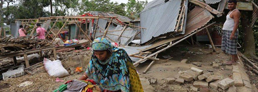 Os corpos das vítimas foram encontrados por equipes de socorro e moradores depois da passagem das tempestades, que destruíram milhares de casas, plantações, árvores e postes elétricos