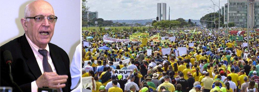 """Jurista Dalmo Dallaria afirma que, """"confrontada com a votação que, recentemente, deu o segundo mandato à Presidente Dilma, votação superior a 54 milhões de votos, a """"maré humana"""" da passeata de 15 de março não passou de uma """"ondinha"""" muito """"leve, espetaculosa mas insignificante como expressão da vontade politica do povo brasileiro""""; quanto à pregação de golpe militar,em entrevista a Eduardo Guimarães, do Blog da Cidadania, ele sugere ainda o """"enquadramento dos autores dessa tolice antidemocrática, para processamento pela prática do crime. Nesse caso a identificação dos autores não deve ser dificil, pois muita gente filmou e fotografou a prática criminosa"""""""