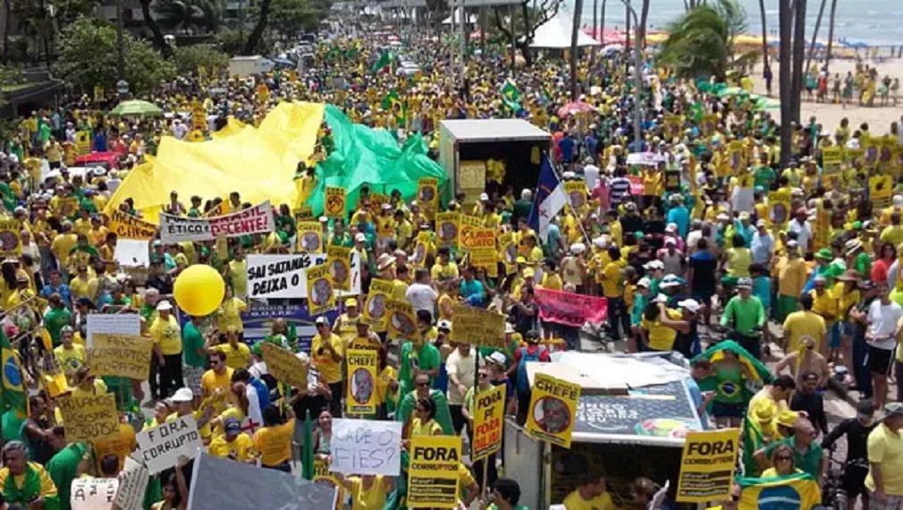 Manifestantes se concentraram na Avenida Boa Viagem, na Zona Sul do Recife, neste domingo, para o protesto contra a corrupção e o governo da presidente Dilma Rousseff; movimento começou por volta de 9h no ponto de concentração divulgado pelos movimentos Brasil Livre e Vem Pra Rua, organizadores do protesto;organização fala em 40 mil presentes, mas Polícia Militar ainda não divulgou a quantidades de pessoas presentes