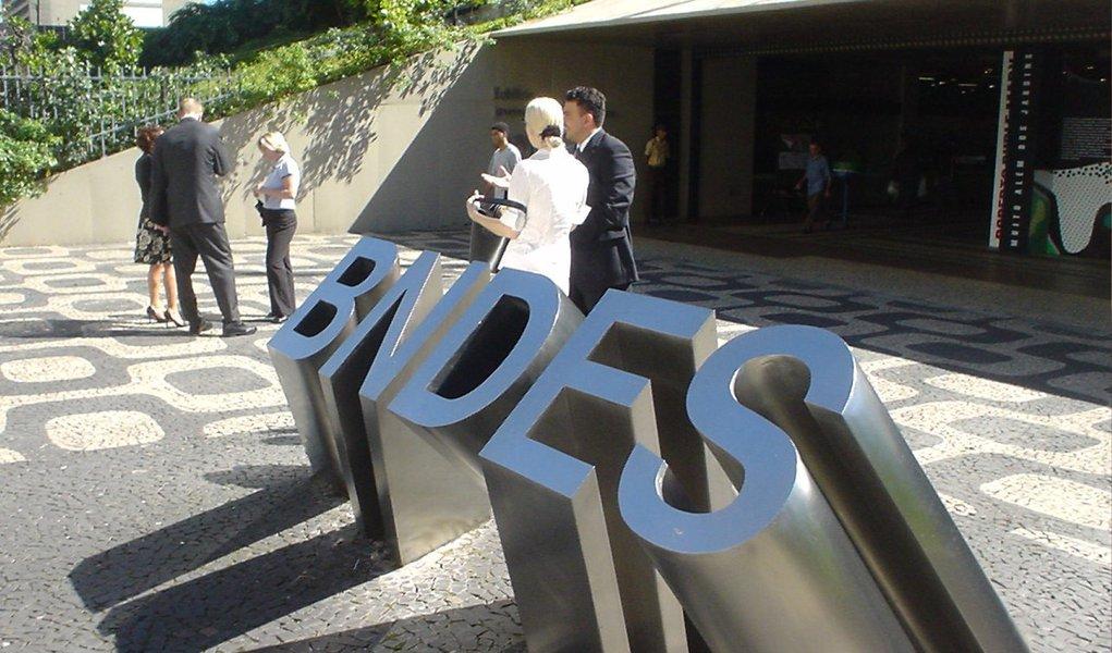 Redução foi registrada na comparação com um ano antes, para R$ 33,3 bilhões; já as consultas ao BNDES nos três meses até março desabaram 47%, para R$ 25 bilhões