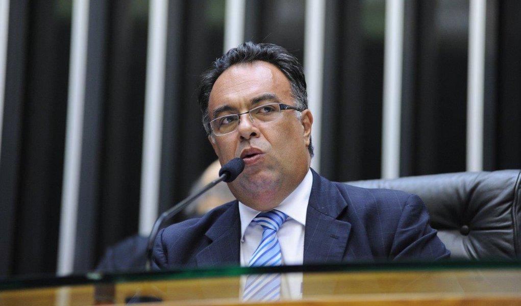 Deputado e vice-presidente da Câmara disse que é candidato ao Senado na chapa de sua correligionária e senadora Gleisi Hoffmann; André Vargas (PT-PR)desmentiu informação do jornal de que ele se movimenta para presidir a Câmara em 2015; segundo a coluna Painel, essa articulação seria a causa principal para a crise do governo Dilma com o PMDB