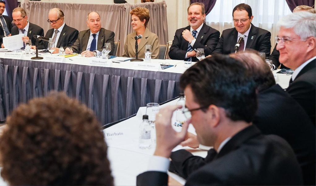 """Em Nova York, onde participa de reuniões privadas com investidores e empresários norte-americanos neste domingo (28), a presidente Dilma Rousseff afirmou que as turbulências com o desenrolar da Operação Lava Jato não são motivo para que o País deixe de ser atrativo para investimento de gigantes multinacionais; a presidente recebe 25 empresários brasileiros que têm investimentos de grande porte nos EUA; o ministro do Desenvolvimento, Armando Monteiro, reiterou as palavras da presidente sobre a garantia de """"confiança"""" que o Brasil pode dar aos investidores. """"A mensagem é: confiança no Brasil"""""""