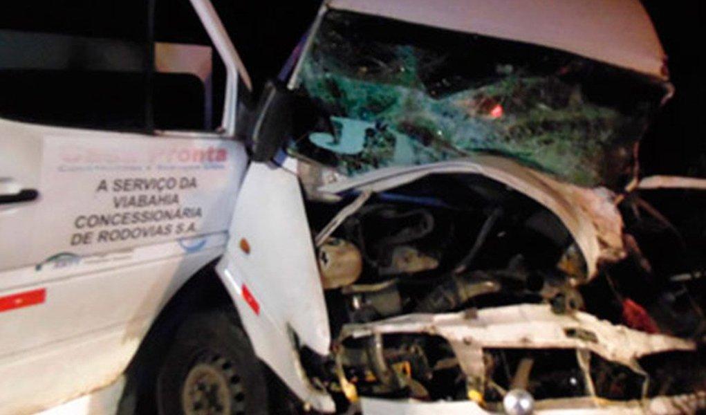 A colisão ocorreu na madrugada deste sábado, 22, na BR-116, próximo ao município de Vitória da Conquista. De acordo com a Polícia Rodoviária Federal (PRF), um Corsa colidiu frontalmente com um micro-ônibus na altura do quilômetro 771, por volta da 1h. Cândido Sebastião Cerqueira, 28 anos, que dirigia o Corsa, e José Vanderley Fernandes de Oliveira, 43, motorista do micro-ônibus, morreram na hora.As causas do acidente ainda não foram informadas, mas a polícia acredita que um dos motoristas tenham cochilado ao volante