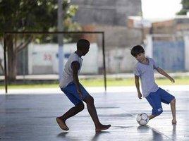 Pedro tem 13 anos e é negro. Filho de trabalhadora doméstica, tem quatro irmãos e mora numa favela. tem 3,7 vezes mais chance de ser assassinado do que qualquer amigo branco