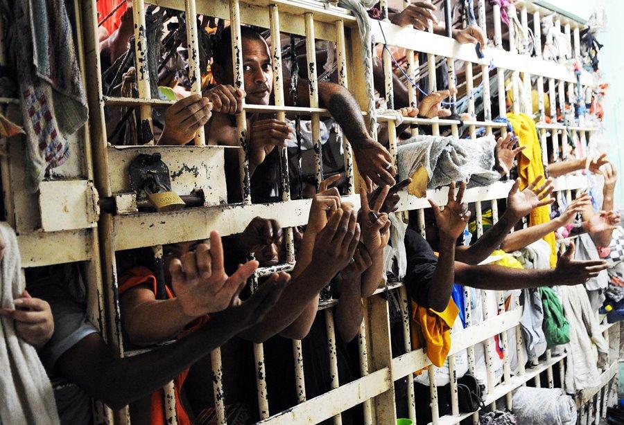 É chato, deselegante e pouco confortável ser preso no Brasil. As cadeias não são devidamente aparelhadas, são úmidas, frias ou quentes, não tem televisão, frigobar ou um cardápio sob medida, com comida italiana ou árabe