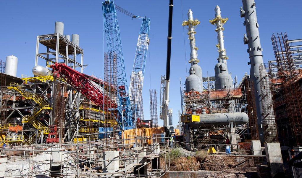 A Petrobras iniciou na quarta-feira a operação da unidade de hidrotratamento (HDT) de diesel da Refinaria do Nordeste (Rnest), também conhecida como Refinaria Abreu e Lima, em Pernambuco, com uma carga inicial de 45.915 barris por dia; a primeira unidade de refino da Rnest entrou em operação em dezembro, mas ainda com sua capacidade limitada