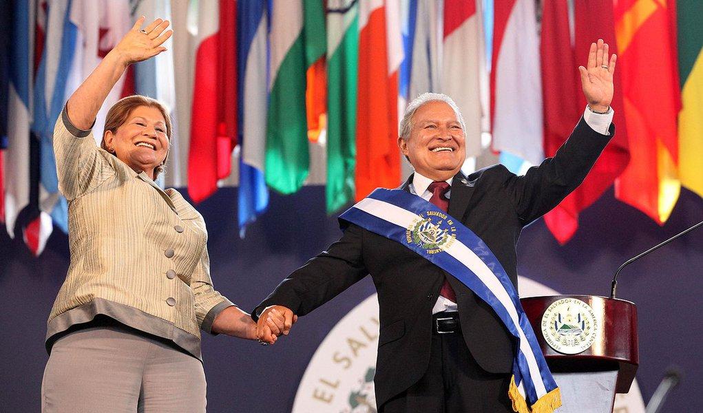"""Salvador Sánchez Cerén, ex-líder guerrilheiro da FMLN, foi eleito com 50,11% dos votos: """"Exercerei a presidência com honra, austeridade, eficiência e transparência. Depois de longos anos de luta pela justiça de meu país, recebo com muito respeito a faixa presidencial, com o compromisso de exercer a presidência para todos os salvadorenhos"""""""