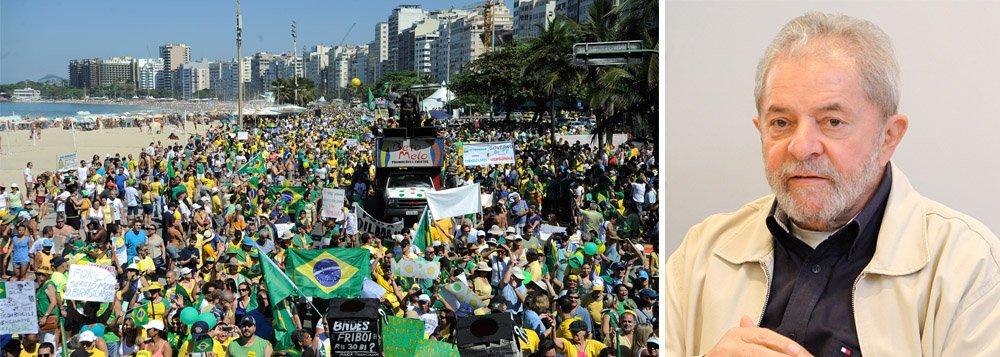 """Durante as manifestações desse domingo, 16, um funcionário público foi hostilizado por dezenas de manifestantes na praia de Copacabana, na zona sul do Rio de Janeiro; ele vestia uma camiseta vermelha e gritou """"Lula 2018"""" no meio do ato contra a presidente Dilma Rousseff e precisou de escolta policial para se defender; """"Eu tenho direito de falar o que quiser, sou favorável a Dilma e a Lula. Você acha que a elite branca que está aqui vai aceitar isso?"""", questionou o homem que não foi identificado"""