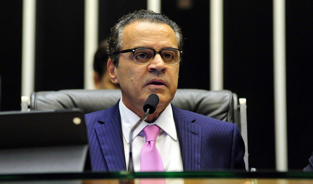 Presidente da Câmara, Henrique Eduardo Alves (PMDB) afirmou que se o deputado licenciado do PT resolver renunciar, ele acatará a decisão, com efeito imediato, o que significa a posse do suplente, mas que o processo por quebra de decoro no Conselho de Ética terá continuidade