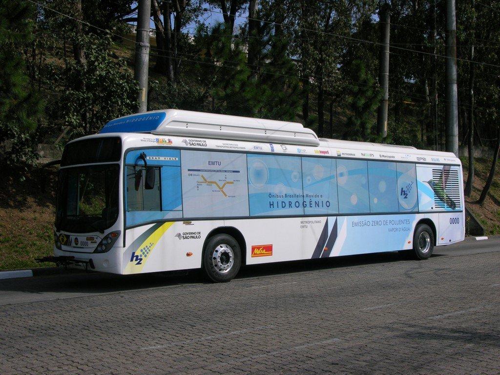 Desde segunda-feira 22 circulam em São Paulo os primeiros ônibus de transporte urbano movidos a hidrogênio; os veículos têm tecnologia de propulsão que não emite poluentes; de acordo com o Ministério de Meio Ambiente, esses ônibus apresentam 45% de energia renovável, 31% a mais que o resto do mundo, o que coloca o Brasil em posição de destaque mundial