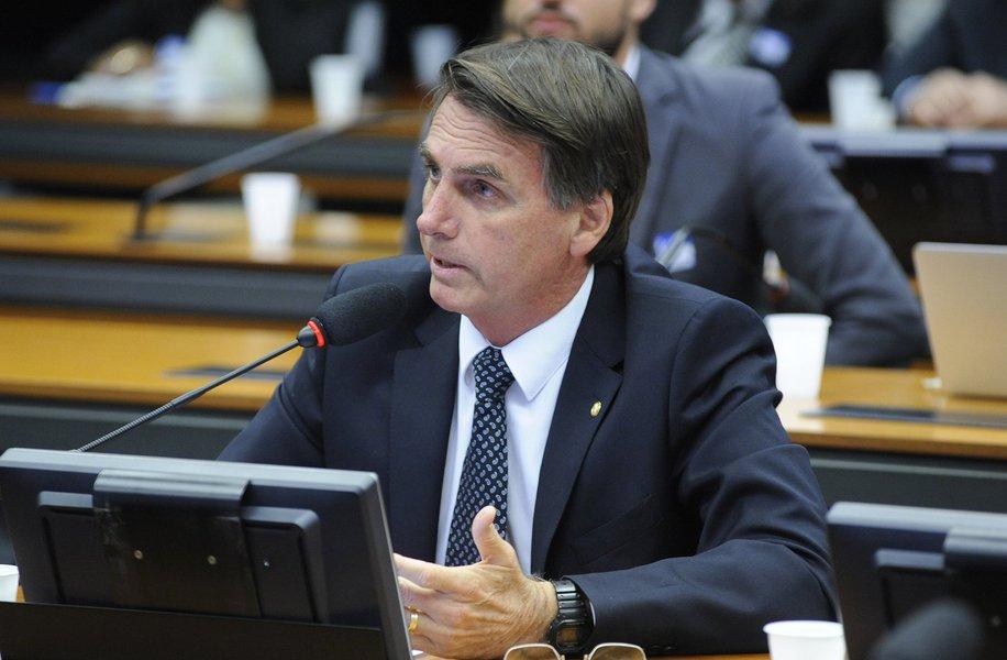 Bolsonaro continua com rejeição disparada: 42%
