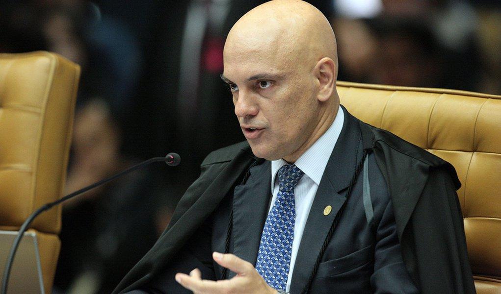 Moraes recua e revoga censura a revista