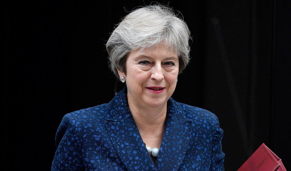 Premiê May enfrenta voto de desconfiança após derrota histórica