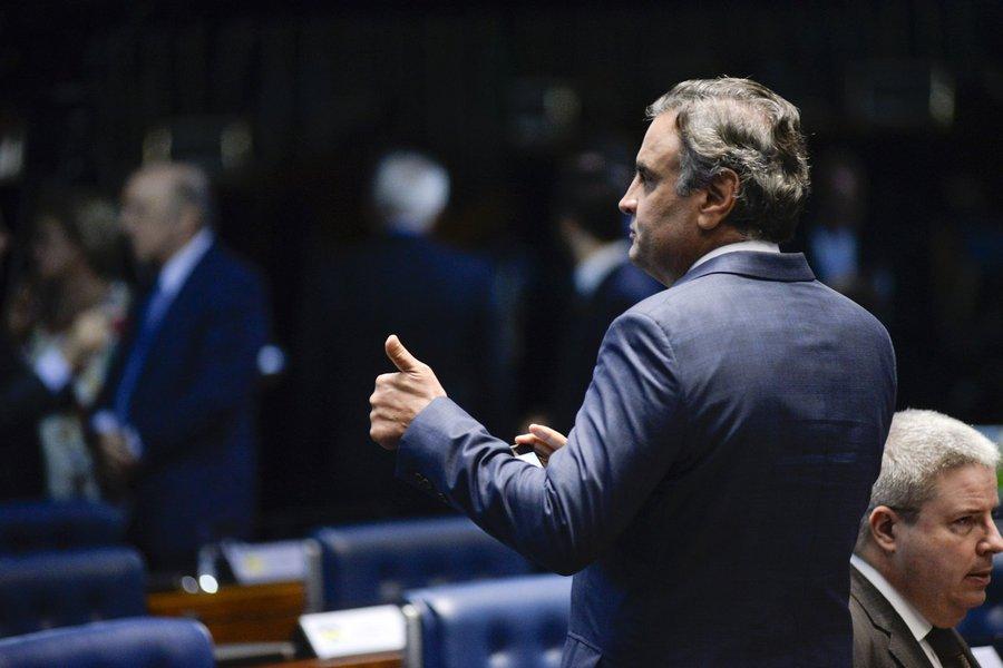 PSDB muda comando, mas desiste de expulsar Aécio
