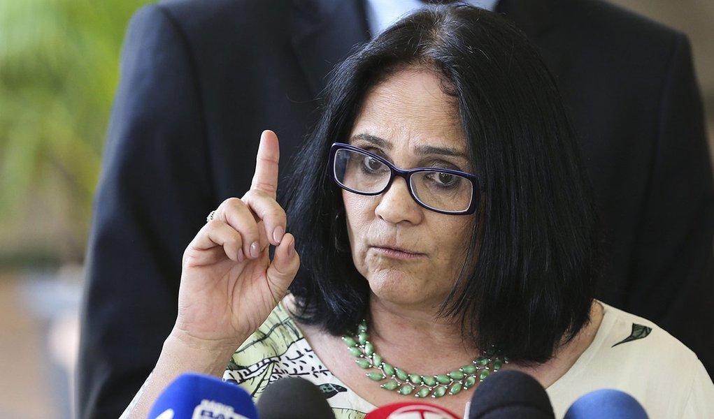 Damares diz que não ficou ofendida com o caso do 'pé de goiaba'
