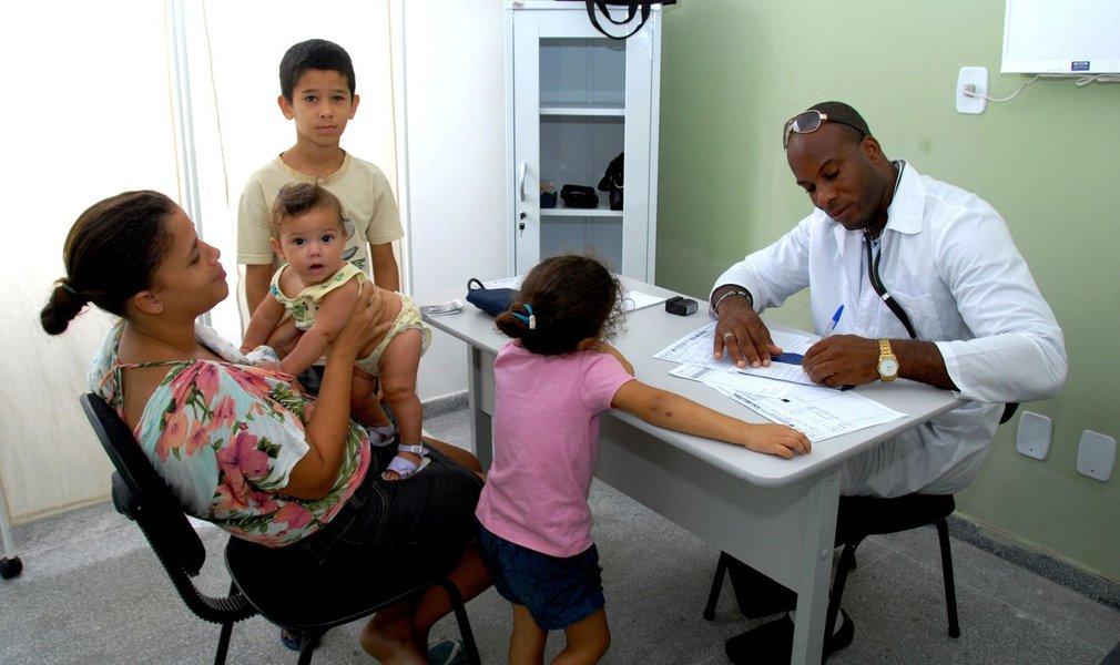Gleisi ressalta ida de médicos cubanos que estavam no Brasil para o México