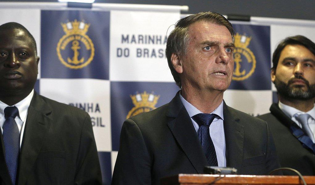 Bolsonaro usa 'velha política' e negocia cargos por apoio no Congresso