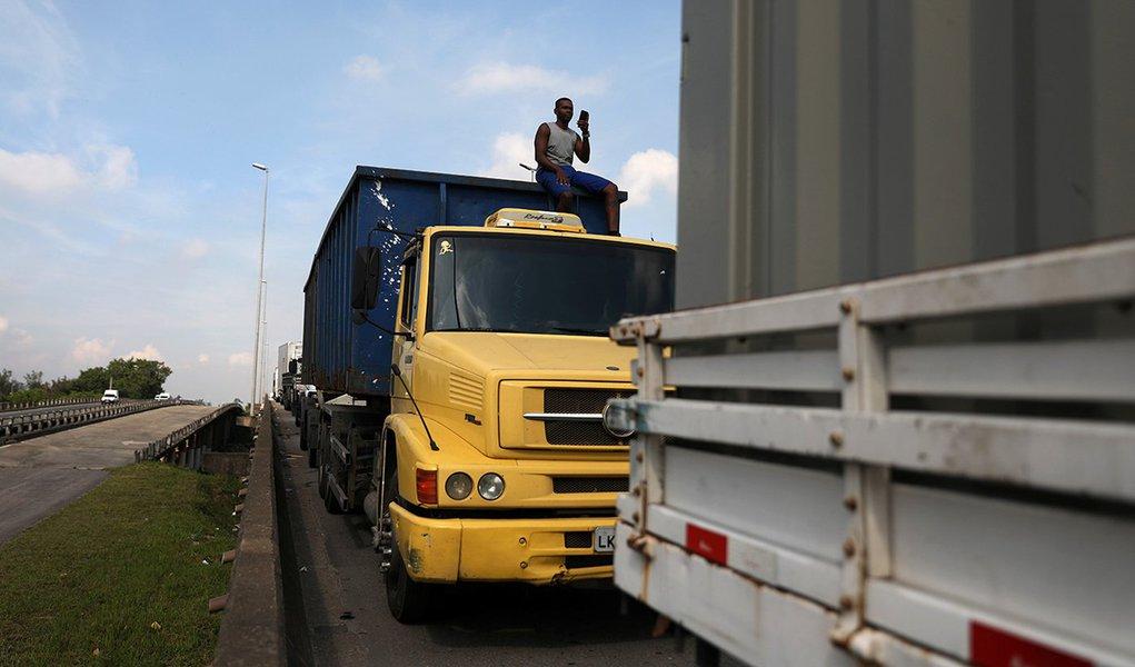 Caminhoneiros bloqueiam a Via Dutra na manhã desta segunda