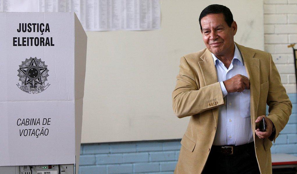 Mourão vota e fala em mexer na sua aposentadoria