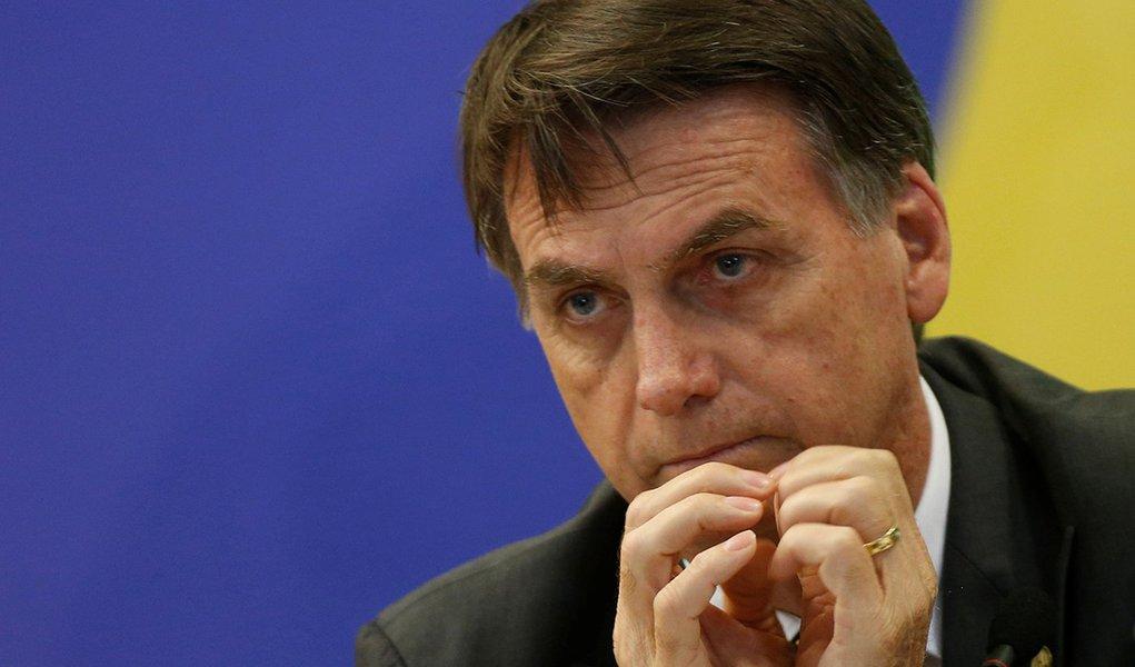 Na defensiva, Bolsonaro afunda no espetáculo que ajudou a criar