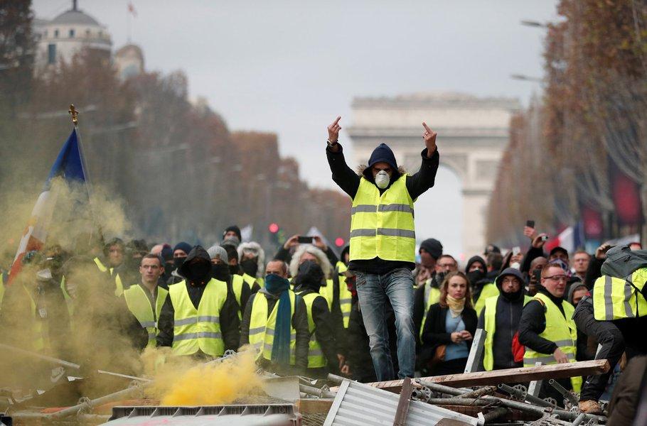Manifestação de coletes amarelos fecha lojas, museus e cancela eventos em Paris