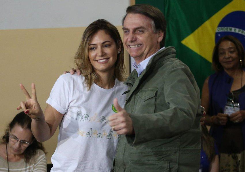 Para 81%, Michelle Bolsonaro não pode tirar arte sacra do Alvorada