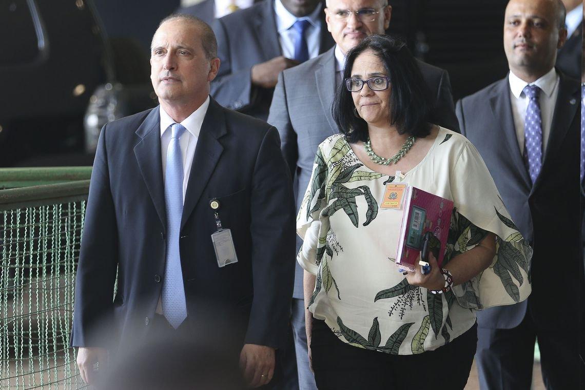 Pastora Damares, ministra dos Direitos Humanos, também empunhou 'kit gay'
