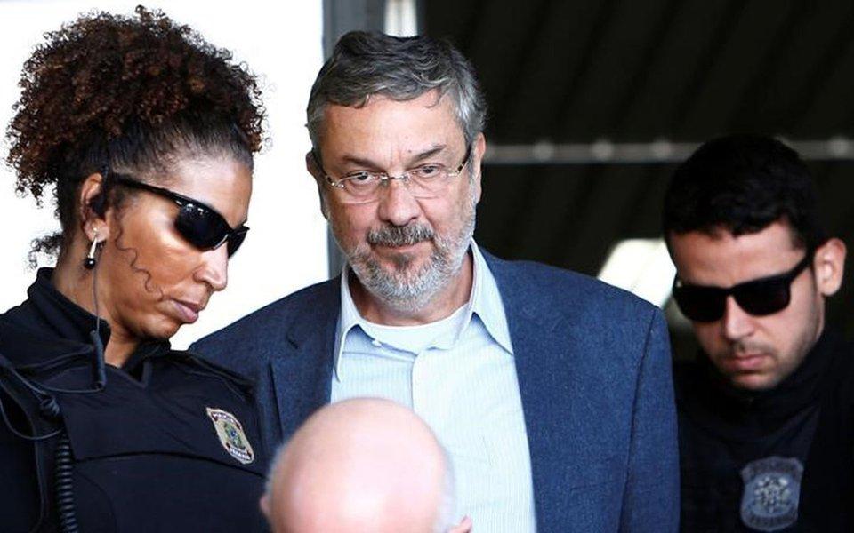Após delatar Lula e Dilma, Palocci põe tornozeleira e vai para casa