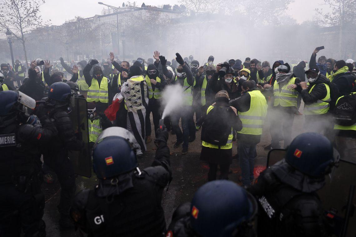 França suspende aumentos de combustíveis para conter revolta dos coletes amarelos