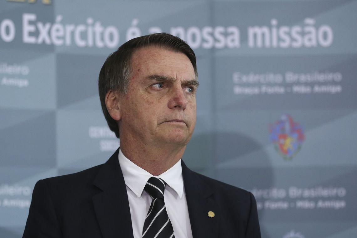 Bolsonaro tenta explicar caixa 2 e diz que ex-assessor pagou dívida à futura primeira-dama