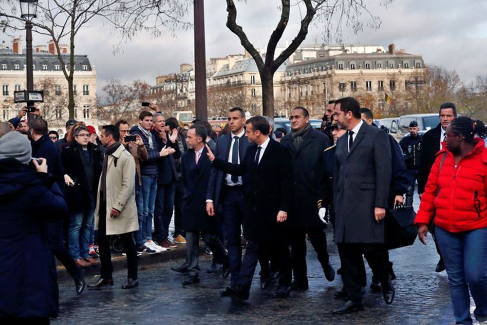 Macron visita Arco do Triunfo após tumulto e avalia estado de emergência
