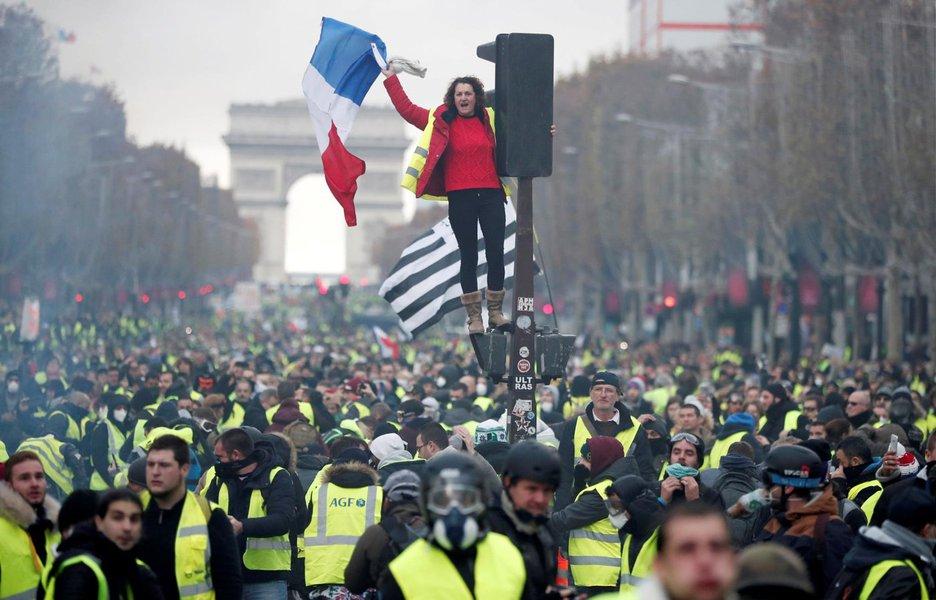 Macron defende diálogo após mais violenta onda de protestos em Paris desde 1968