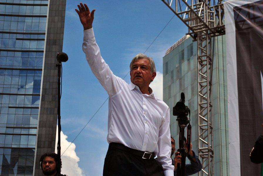 Primeiro presidente de esquerda toma posse no México