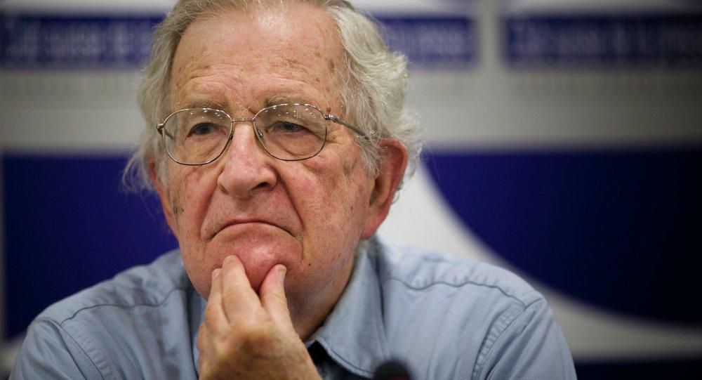 Culpa pela fuga de latino-americanos da 'miséria e horrores' é dos EUA, diz Chomsky