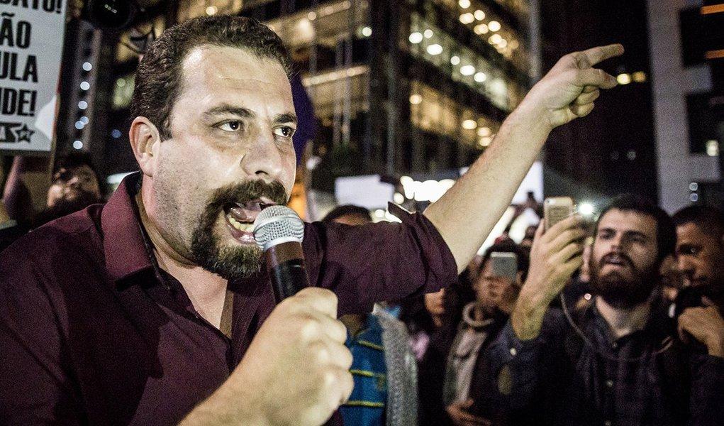 Na vigília, Boulos critica reforma: 'Querem destroçar a Previdência'