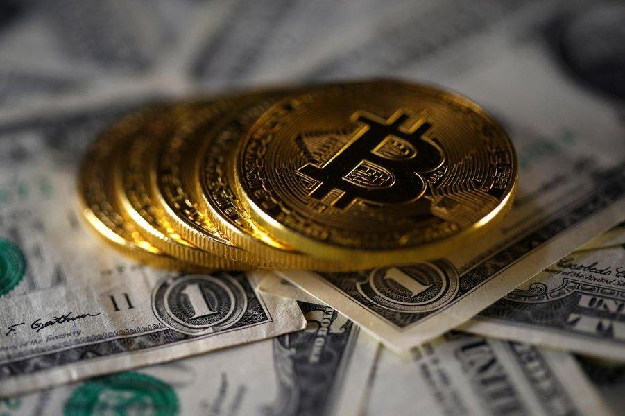 Bitcoin tem alta de 10% e caminha para maior ganho diário desde abril
