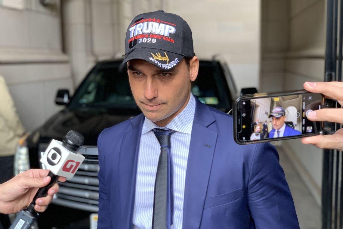 Chanceler informal, filho de Bolsonaro usa boné de Trump e anuncia embaixada em Jerusalém
