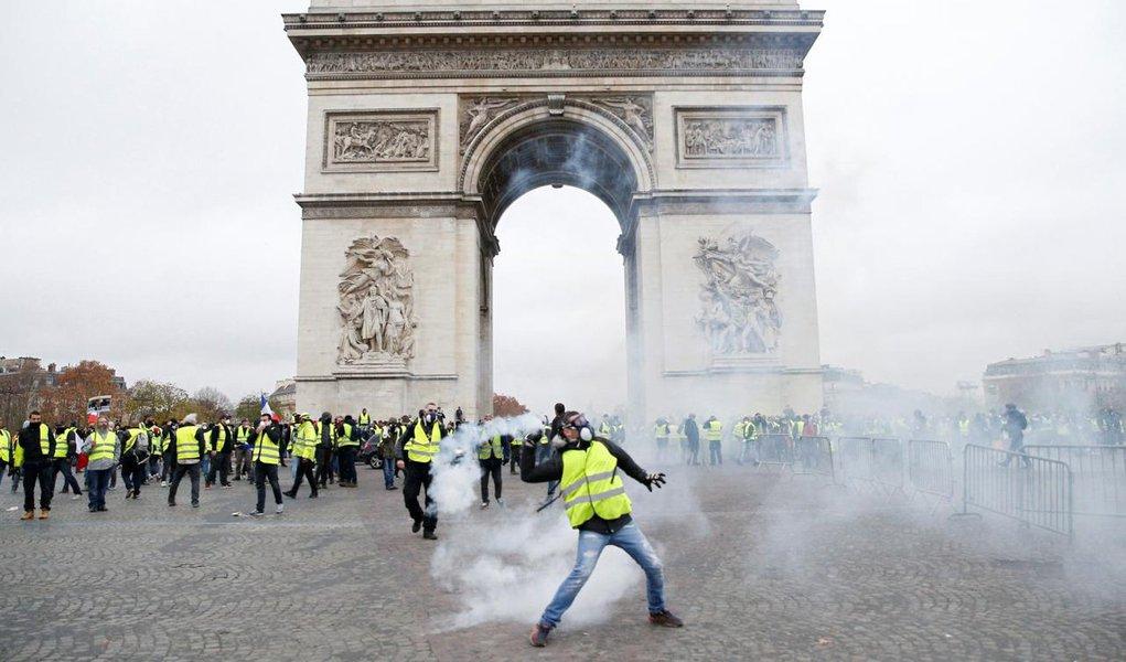 Manifestantes e policiais se enfrentam nas ruas de Paris